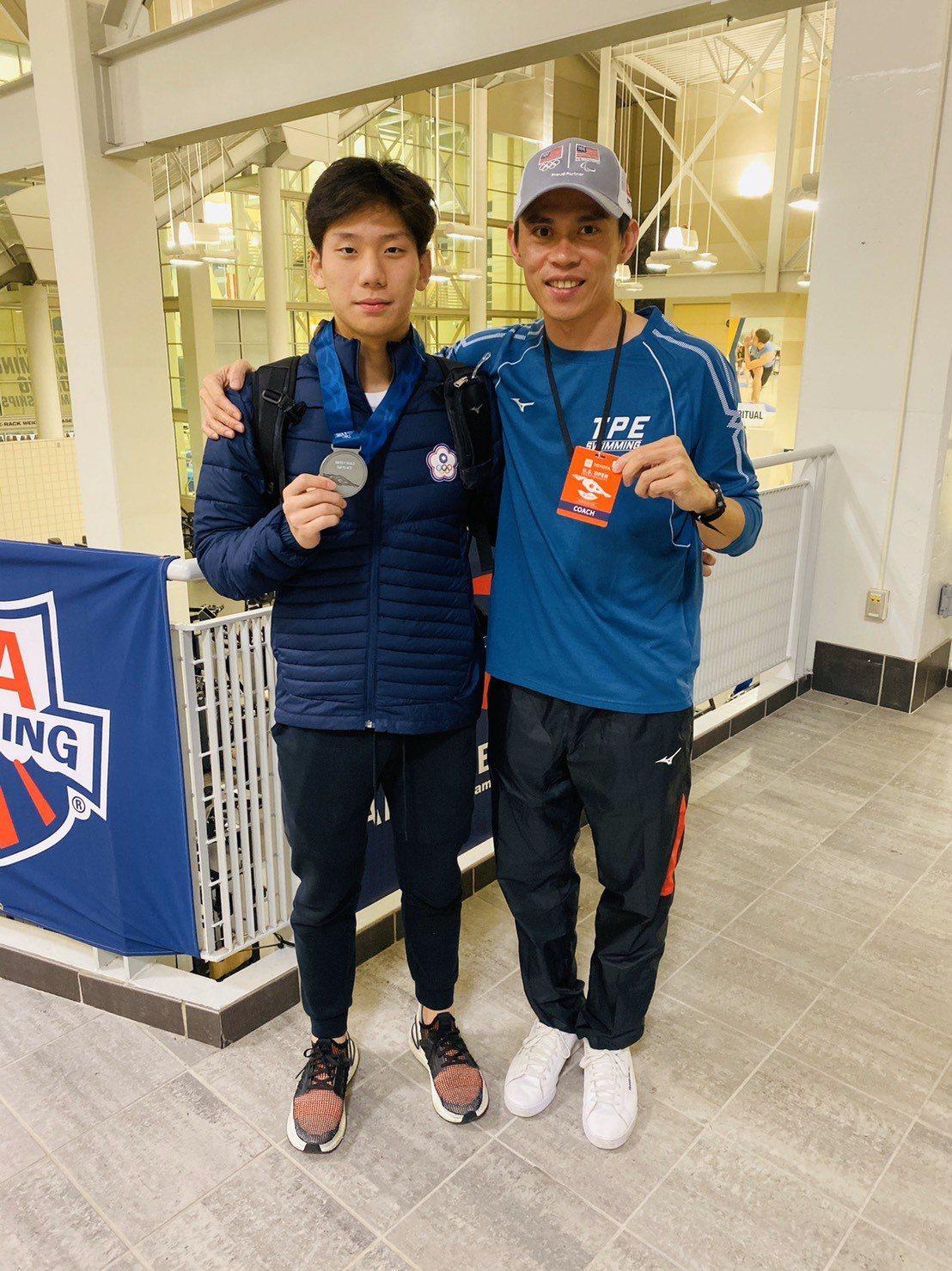 王冠閎(左)在美國公開賽200公尺蝶式摘銀,成為台灣第一人。圖/黃智勇教練提供