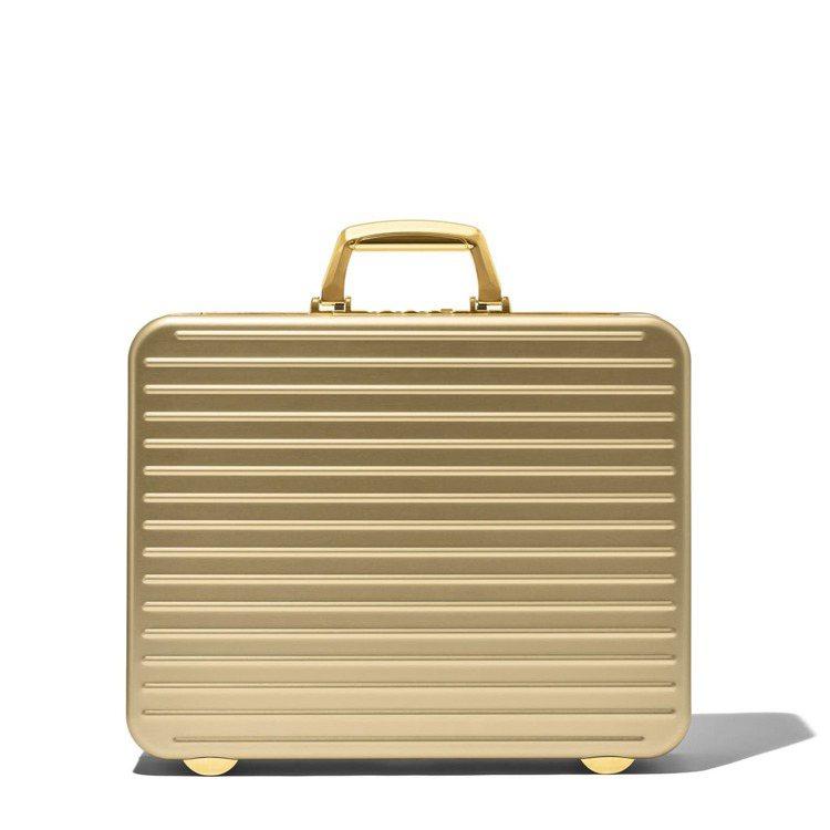 RIMOWA近期推出了ATTACHÉ GOLD限量公事包,要價近6萬元。圖/摘自...