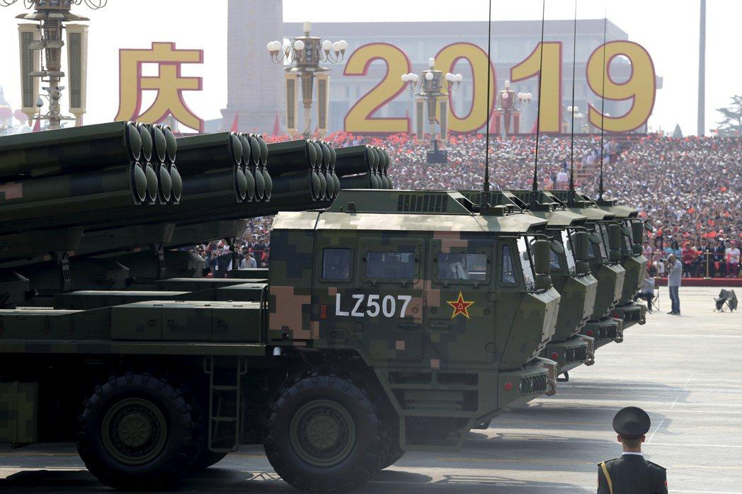 在10月1日中共建政70周年閱兵時公開亮相的多管火箭炮。美聯社