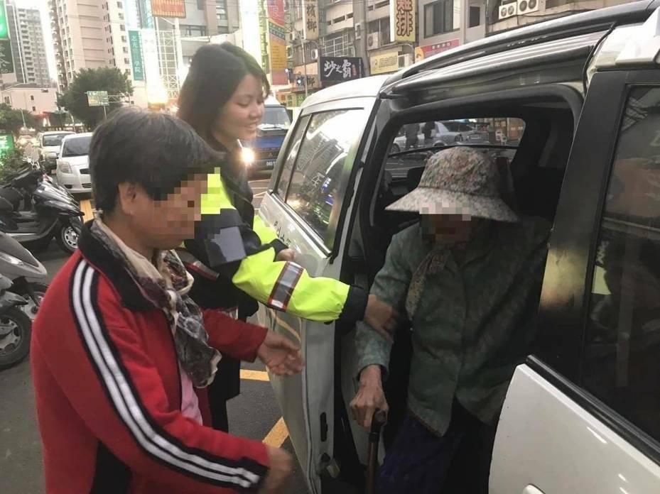 台中市第六警分局協和所女警林伶潔在上月28日協助陳張姓老嬤返家。圖/第六警分局提供