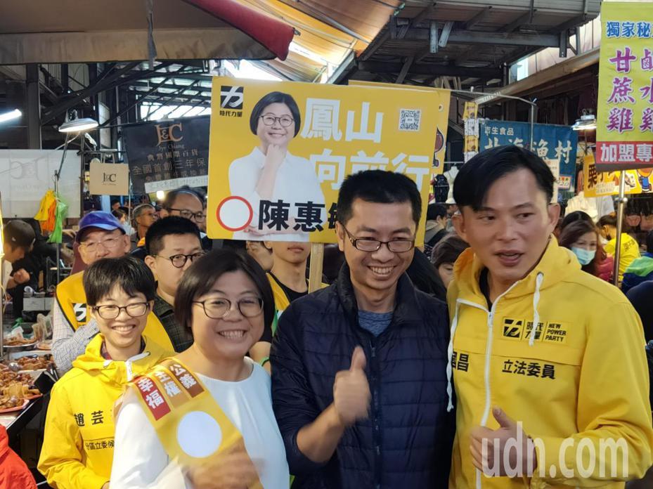 時代力量立委黃國昌(右一)到高雄陪第7選區參選人陳惠敏(左二)在市場拜票,不少民眾主動上前握手、合影。記者蔡容喬/攝影