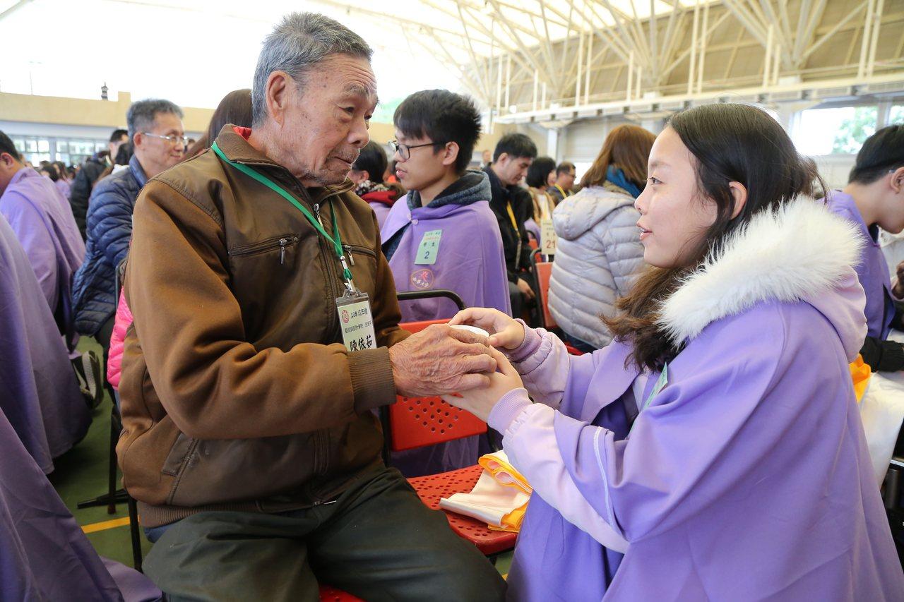南華大學昨天上午舉辦一年一度的新生成年禮,新生藉由奉茶儀式感謝父母多年來的養育之...