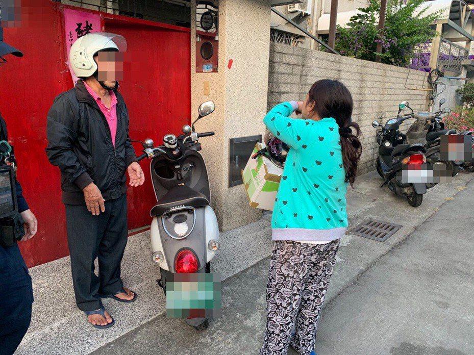 台中市王姓老翁(左)上月26日載印尼女移工(右)前往郵局領包裹,未料卻將女移工丟在原地,警方協助女移工返家時,女移工開心的哭了。記者陳宏睿/翻攝
