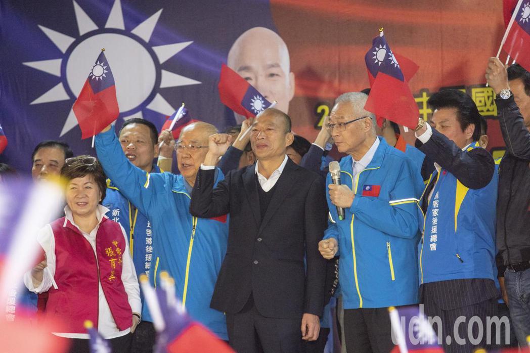 國民黨主席吳敦義(右2)說,蔡英文總統老實講跟空心菜一樣,到現在都沒有造福全國民...