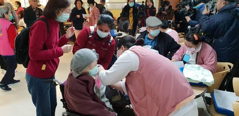 北市第二階段公費流感疫苗今天開打,台北市立聯合醫院仁愛院區今早9點特別加開診次,於二樓手扶梯旁設置一站式服務公費流感疫苗接種。圖/北市聯醫提供