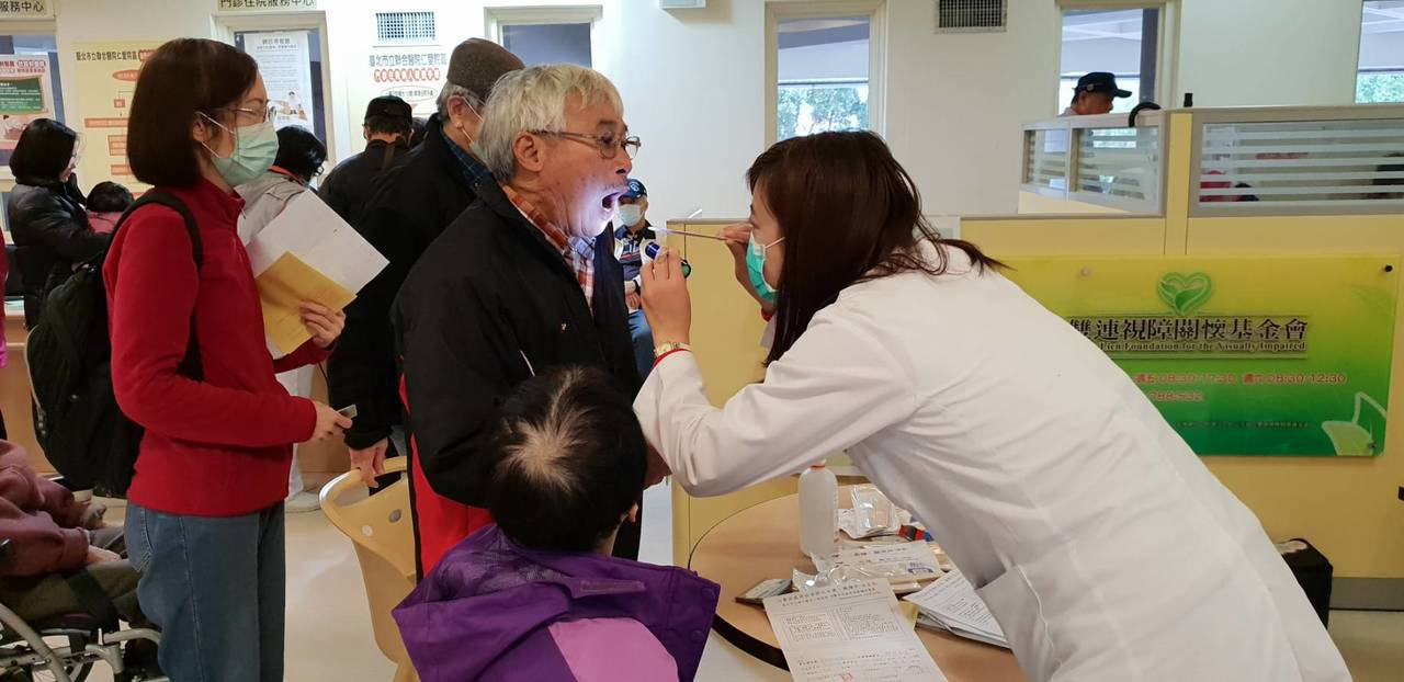 北市第二階段公費流感疫苗今天開打,台北市立聯合醫院仁愛院區今早9點特別加開診次,...