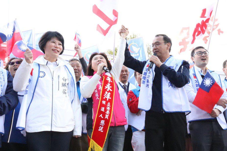 新北市前市長朱立倫(右二)趕往汐止力挺立委參選人李永萍(左二)。記者胡瑞玲/攝影