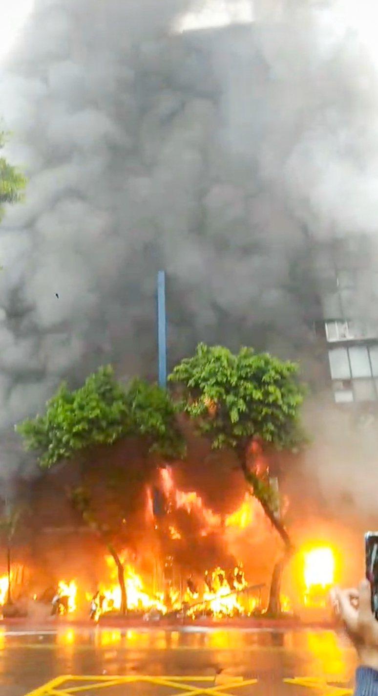 林森北路四面佛宮廟昨遭人縱火,4女嗆傷送醫。 記者蔡翼謙/攝影