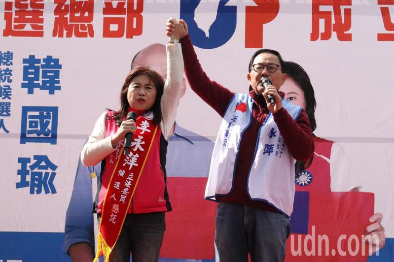 國民黨前立委丁守中(右)也到場力挺李永萍(左)。記者胡瑞玲/攝影