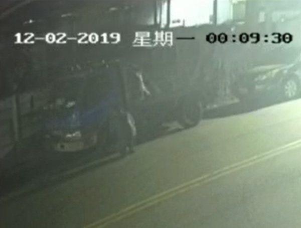 歹徒接著刺破小貨車的左側前輪後從容離去。照片/翻攝自「我是太平人」臉書
