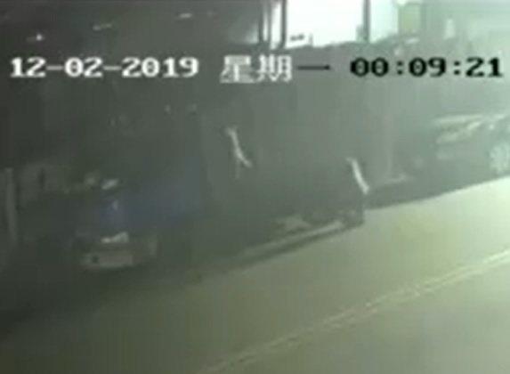 歹徒先刺破小貨車的左後側輪胎。照片/翻攝自「我是太平人」臉書