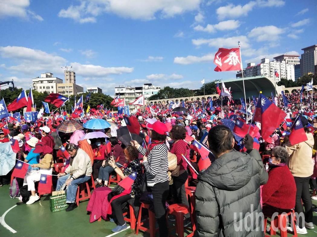 國民黨總統候選人韓國瑜今在板橋第二運動場舉辦造勢活動,現場已是飄揚滿滿的國旗。記...