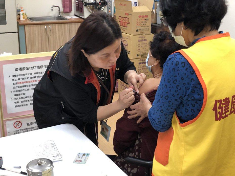 公費流感疫苗第二階段於今天開始施打,花蓮縣衛生局提醒,家裡若有6個月以上至入學前幼兒及65歲以上長者,可前往合約醫療院所接種公費流感疫苗。圖/花蓮縣衛生局提供