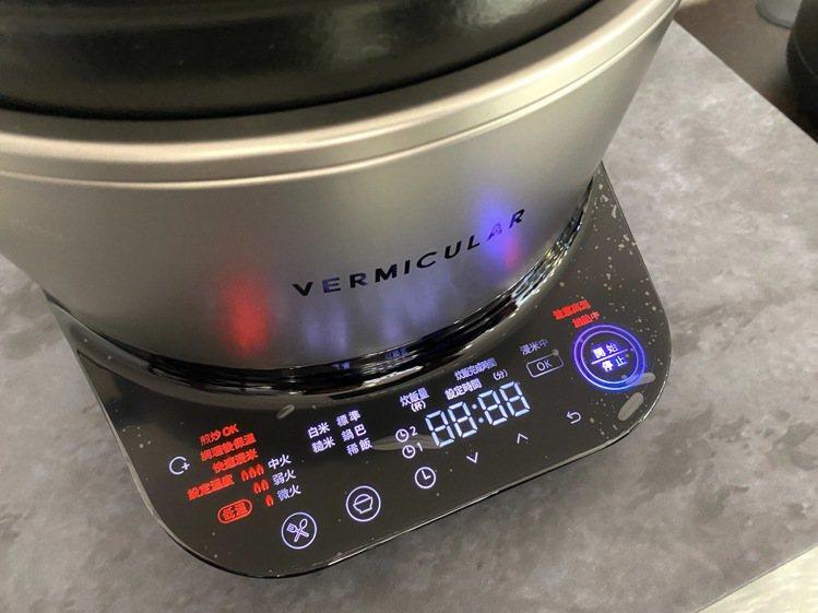 Vermicular IH電子鑄鐵鍋內建多種烹調模式,一指操作輕鬆溫控。記者黃筱...