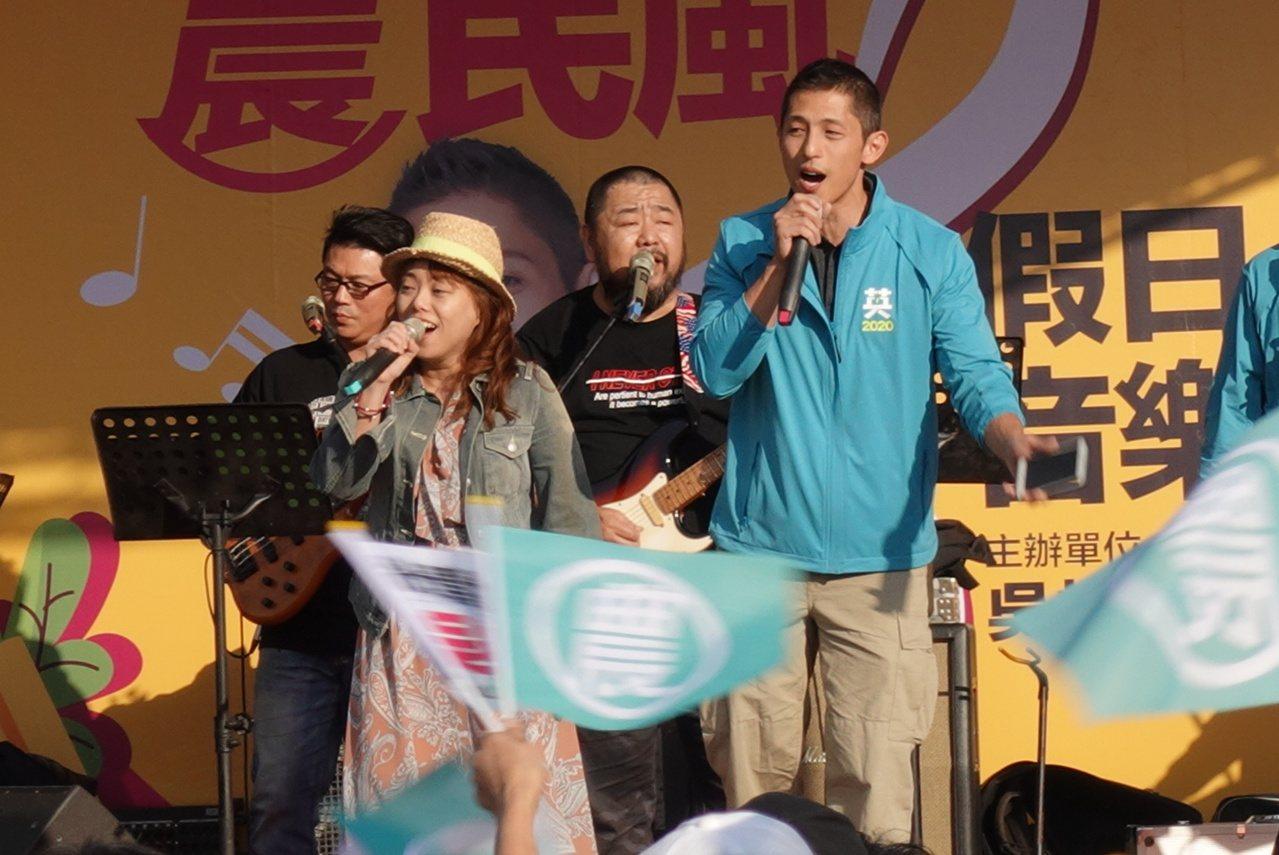 很少「開金口」的吳怡農更當場高歌「愛如潮水」、「新不了情」,渾厚深情的歌聲,讓公...
