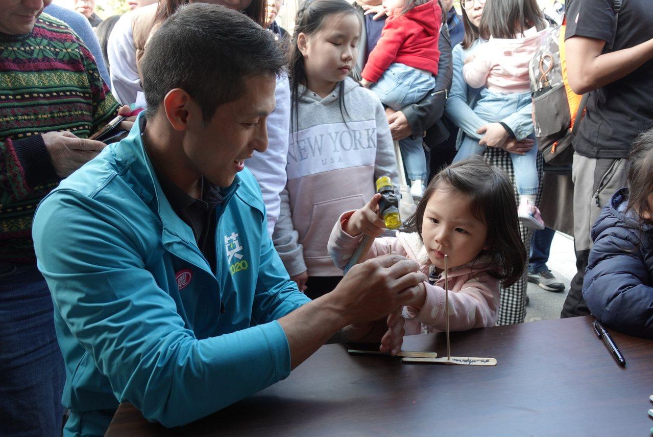吳怡農還當場和小朋友們一塊試作竹蜻蜓,場面溫馨。記者邱瓊玉/攝影