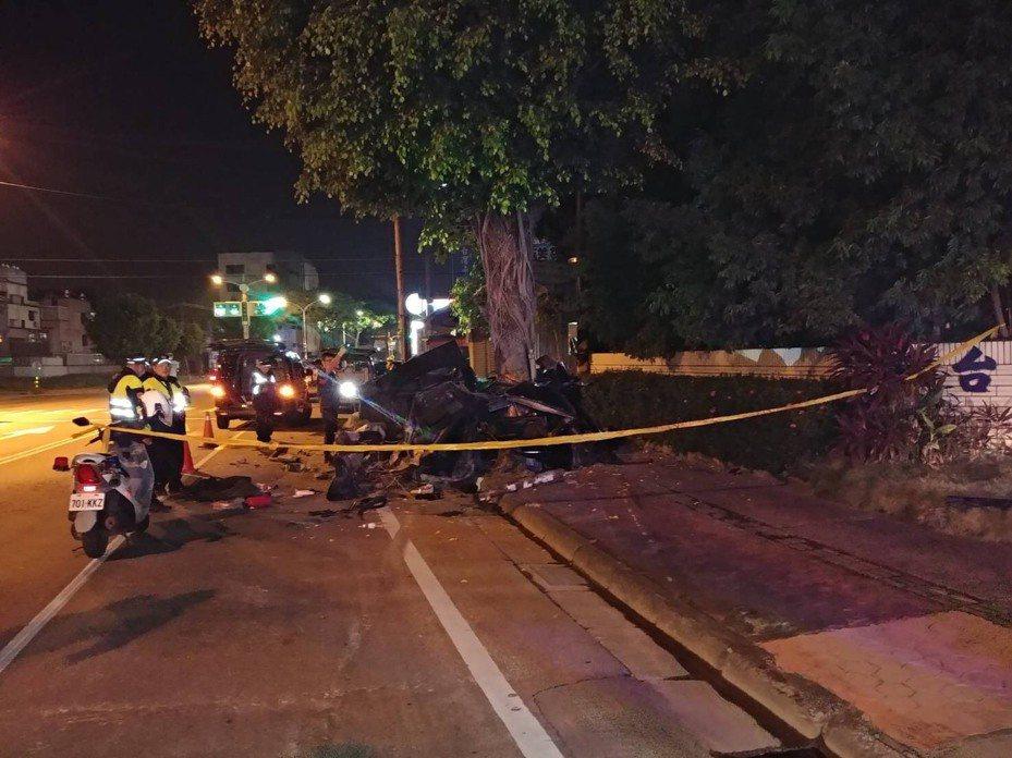 高雄鳥松區神農路今天凌晨發生賓士轎車自撞路邊榕樹,車上邵姓兄弟不幸傷重身亡。記者林伯驊/翻攝