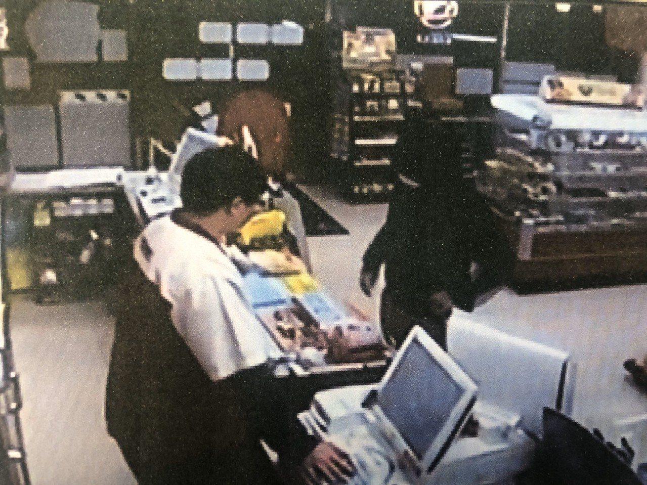 郭姓男子涉嫌持刀強盜超商600元,被警方逮捕法辦。記者黃宣翰/翻攝
