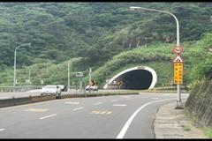 影/這是那招?萬里區間測速 出隧道前他急煞停車