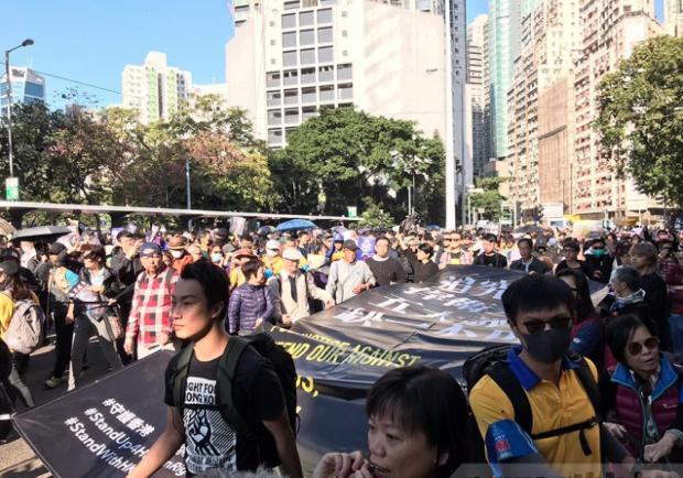 香港民陣今天發起「國際人權日」大遊行隊伍在高士威道起步。(香港電台照片)