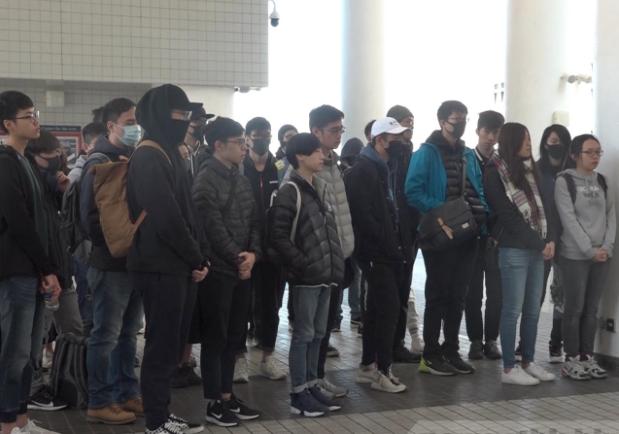 數十名香港科大學生出席周梓樂追思會。 (香港電台)