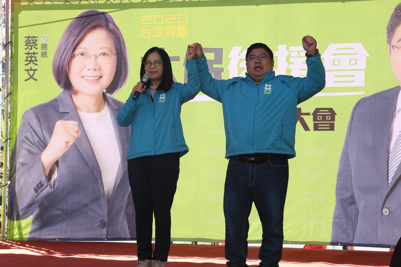 民進黨立委管碧玲牽起蔡易餘的手,高喊凍蒜連任。圖/蔡易餘競選總部提供