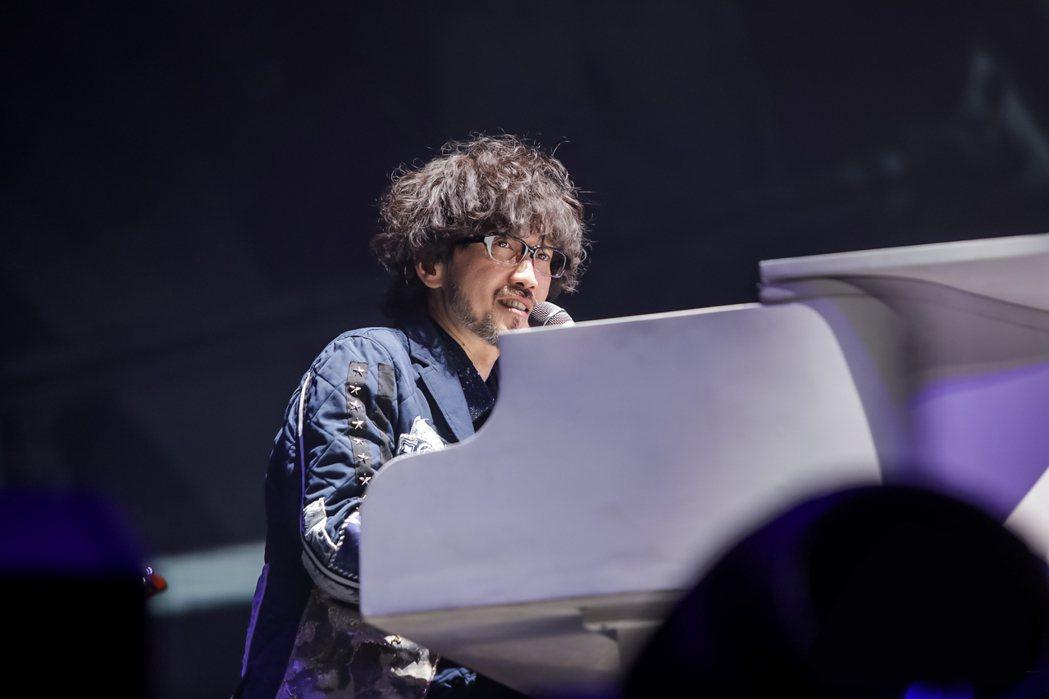周傳雄在「青花傳情」演唱會上深情自彈自唱。圖/寬魚國際提供