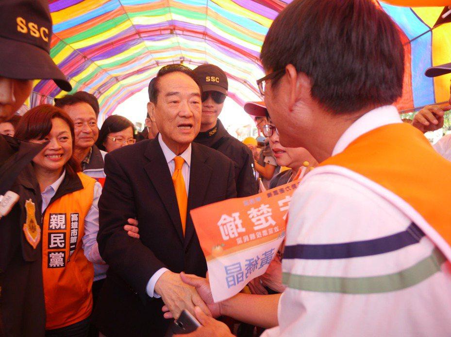 親民黨主席宋楚瑜再度參選總統,在美濃仍有高人氣,進場時受到鄉親熱情迎接。記者徐白櫻/攝影