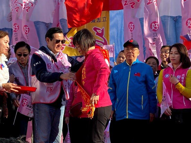 馬英九為呂玉玲掛上競選綵帶,為她加油打氣。記者高宇震/攝影