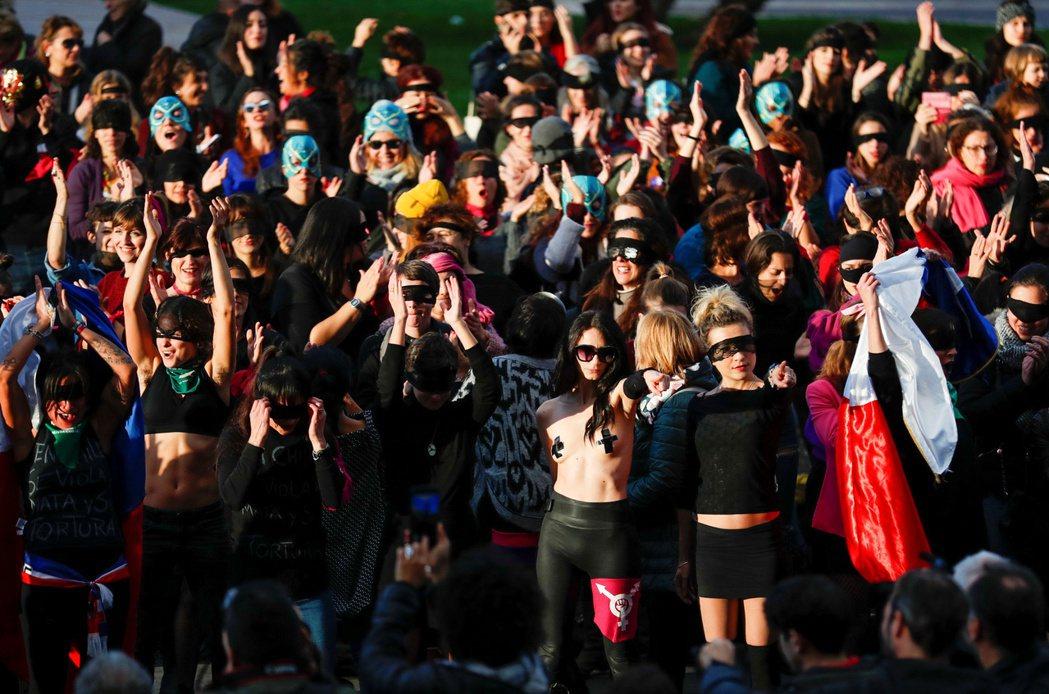 智利女性反性侵歌曲,抗議警察、司法漠視性侵案甚至譴責受害者,自11月從街頭傳出後...