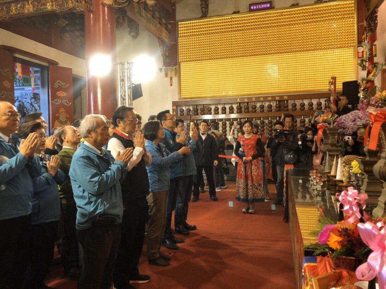 總統蔡英文今天下午到北台中城隍廟參拜,蔡在場外呼籲支持者明年要身體健康去投票。圖...