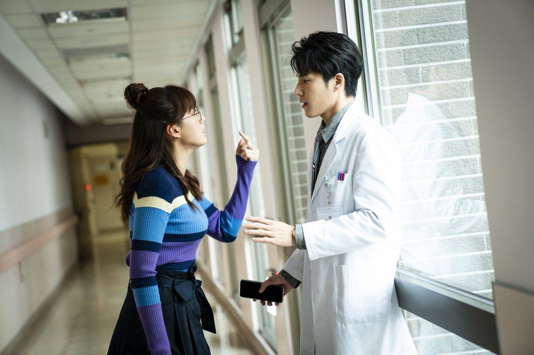 方志友(左)劇中對飾演師生的唐振剛呼巴掌。圖/TVBS提供