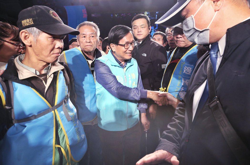 一邊一國行動黨在大直舉辦餐會,名列不分區立委參選人的陳水扁(中)也出席,與支持者...