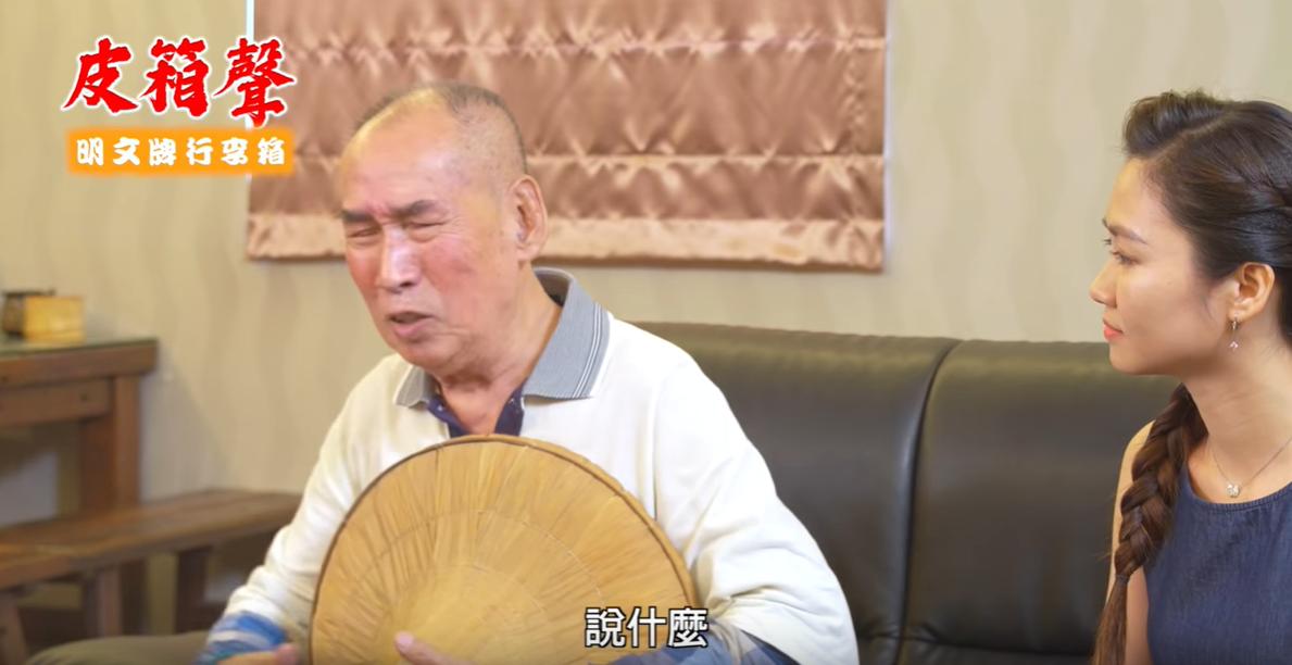 資深演員張柏舟(左)在林國慶的「皮箱聲」八點檔中扮演農民,向林國慶訴說山上農民土...