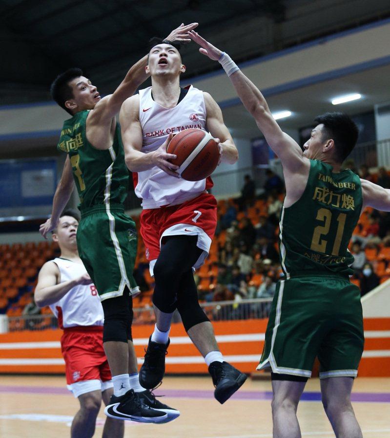 台銀隊張家禾(中)攻下全場最高的16分。圖/中華籃球協會提供