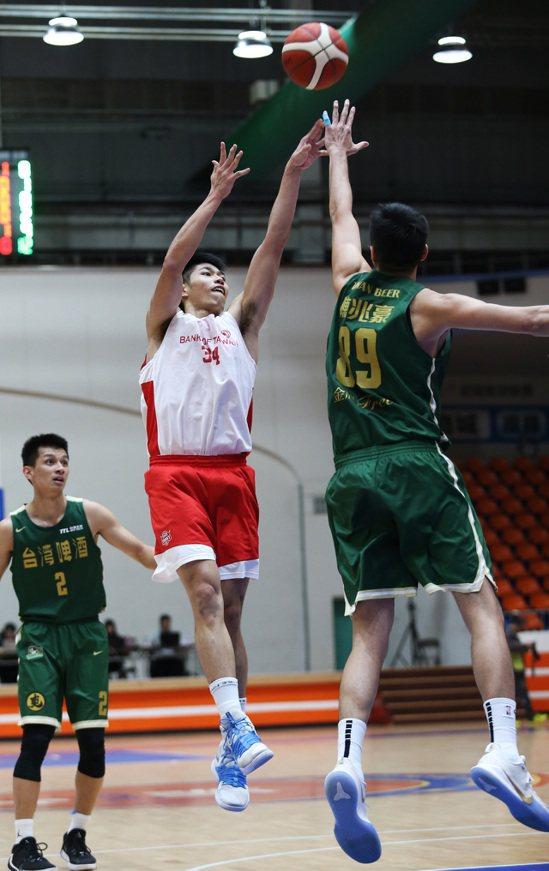 台銀隊中鋒劉人豪(中)是今年SBL新人。圖/中華籃球協會提供