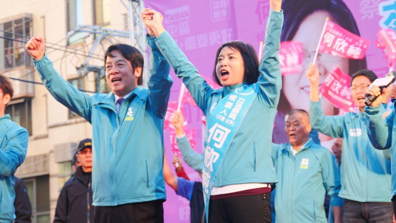 民進黨副總統候選人賴清德(左)今到台中替黨籍立委候選人何欣純輔選。記者黃寅/攝影