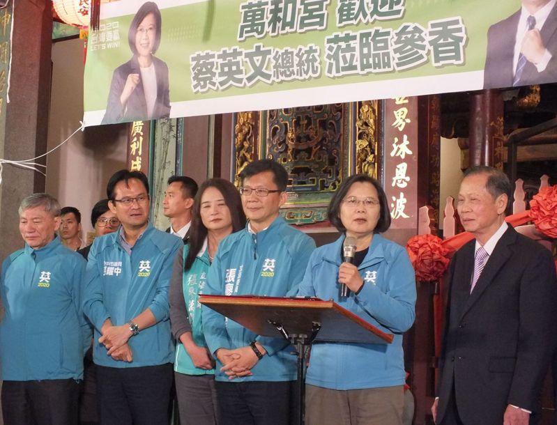 蔡英文總統(右二)今天為立委張廖萬堅(右三)站台時,請民眾再給她四年。記者趙容萱/攝影