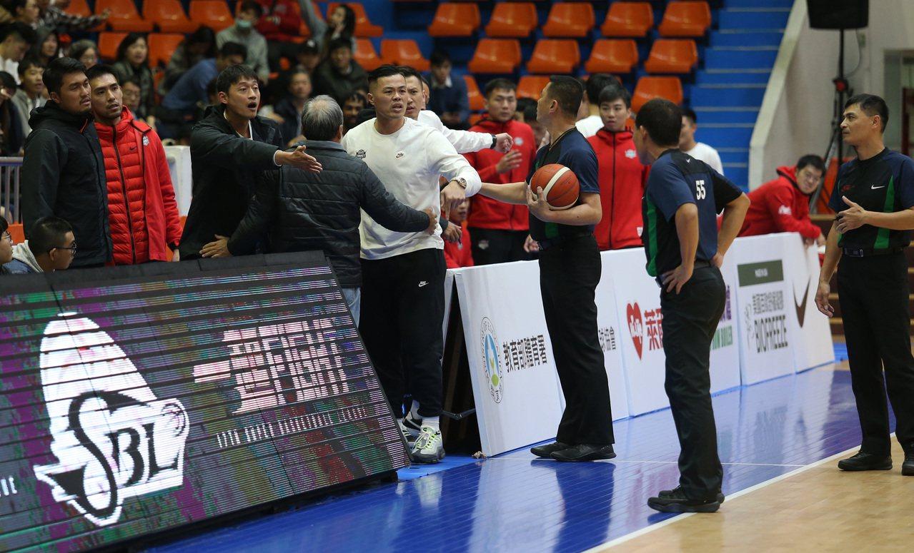 台銀隊教頭陳國維(白衣)抗議吹判。圖/中華籃球協會提供