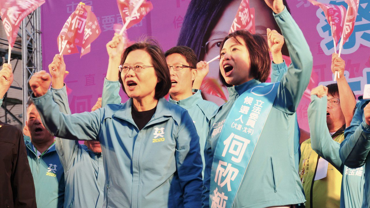 民進黨總統候選人蔡英文(左)今到台中替立委參選人何欣純輔選時,對此次的總統和立委...
