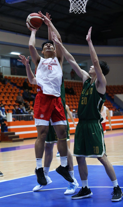 謝宗融(左)手傷復出,完成關鍵「3分打」。圖/中華籃球協會提供