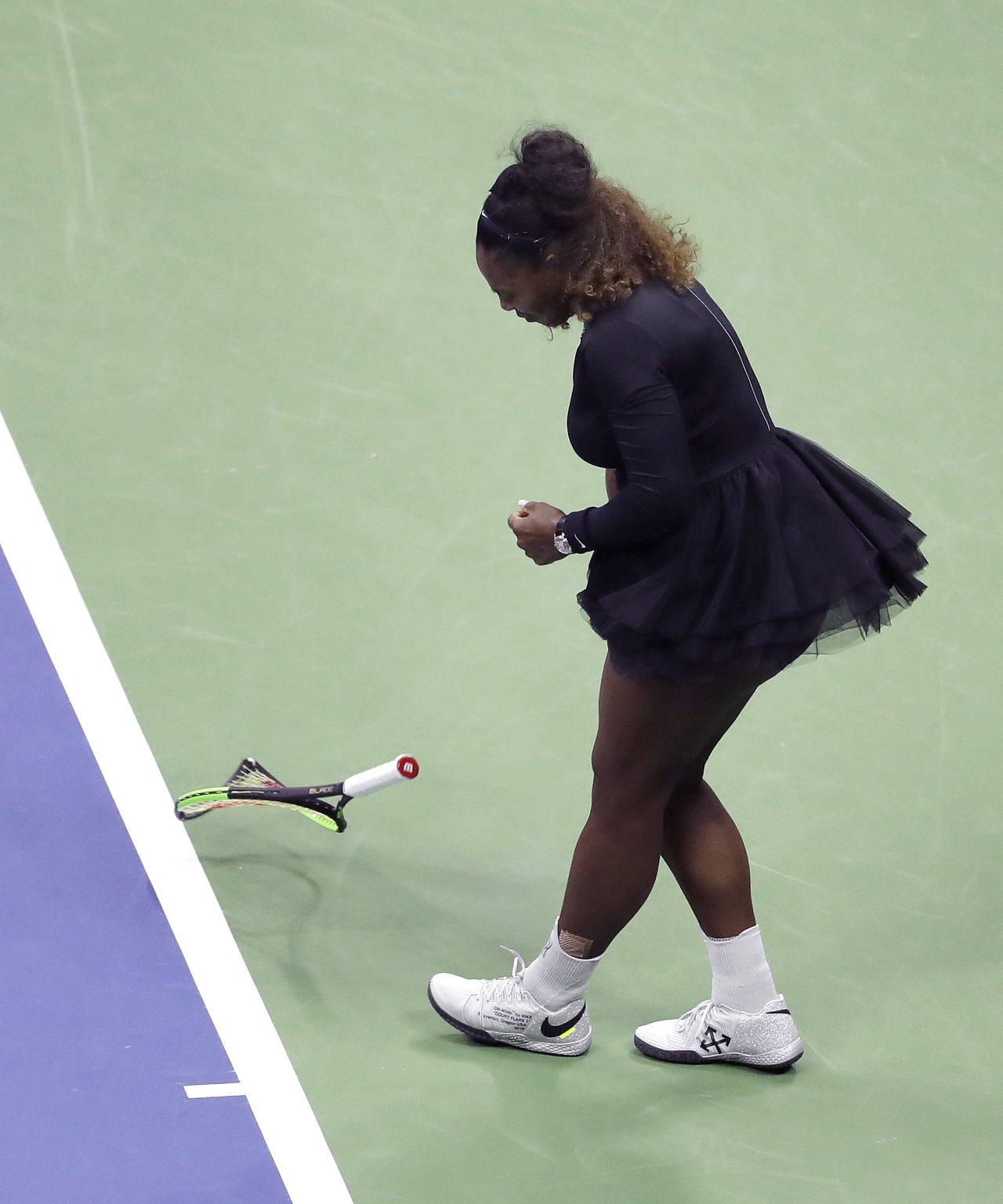 小威廉絲去年9月在美國公開賽決賽中砸壞球拍,賽後她將球拍送給一名男大生球童。(美...