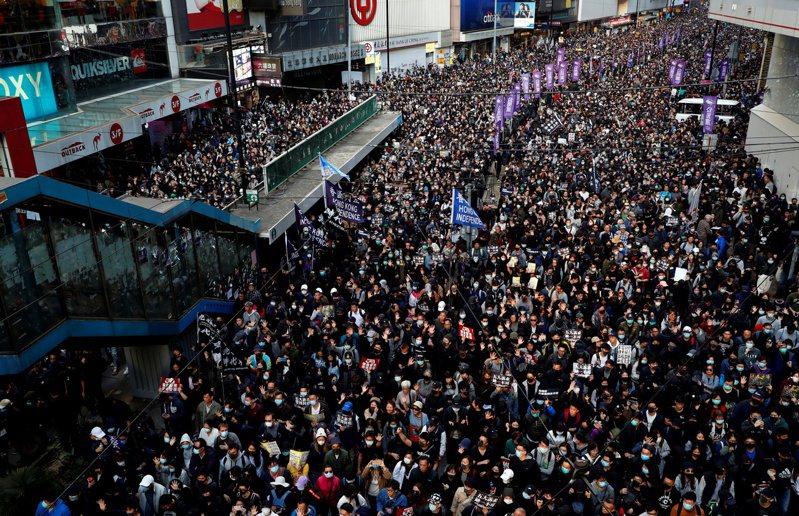 香港民陣晚上宣布,今天下午舉行的「國際人權日」大遊行共有80萬人參與遊行。而香港警方則指出,最高峰時有18.3萬人。(路透)