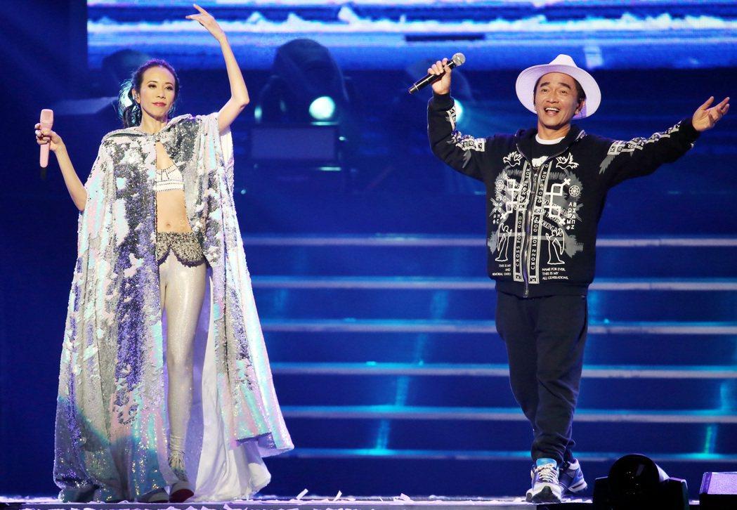 吳宗憲(右)跟莫文蔚浪漫對唱「廣島之戀」。記者侯永全/攝影