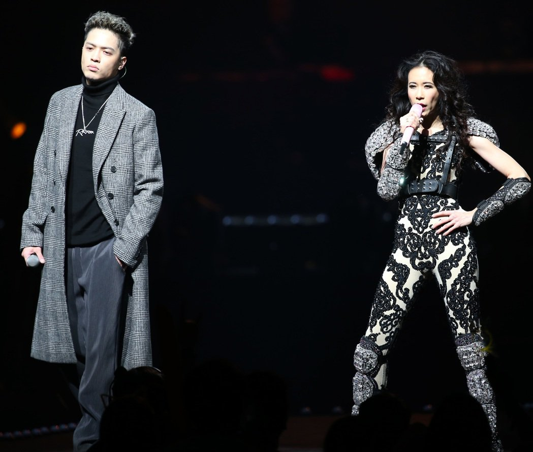 莫文蔚(右)跟J. Sheon合唱組曲。記者侯永全/攝影