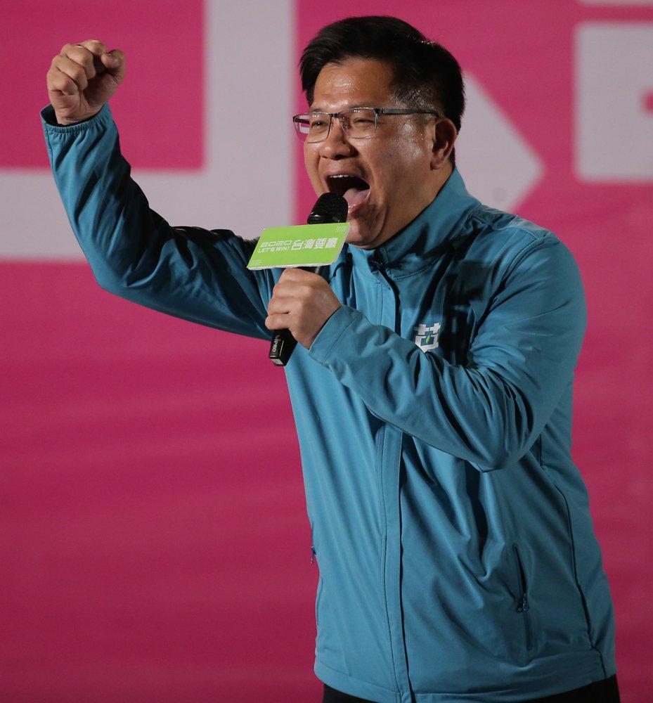 交通部長林佳龍出席小英豐原團結晚會時表示,他下交流道時看見江啟臣與韓國瑜合照的看板嚇了一跳,他疑惑韓國瑜「還有票嗎?」。記者黃仲裕/攝影