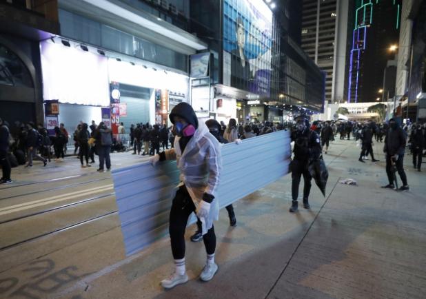 岑子杰晚上九時宣布遊行結束,呼籲示威人士返回人行道,並盡快散去。(美聯社)