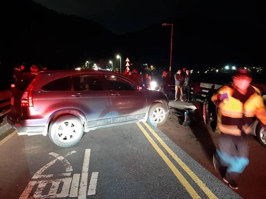 簡男開車過橋往烏來方向時,因不明原因與逆向駕駛吳男對撞,幸兩台車上六人均僅受輕傷,目前已送往新店慈濟醫院。記者柯毓庭/翻攝