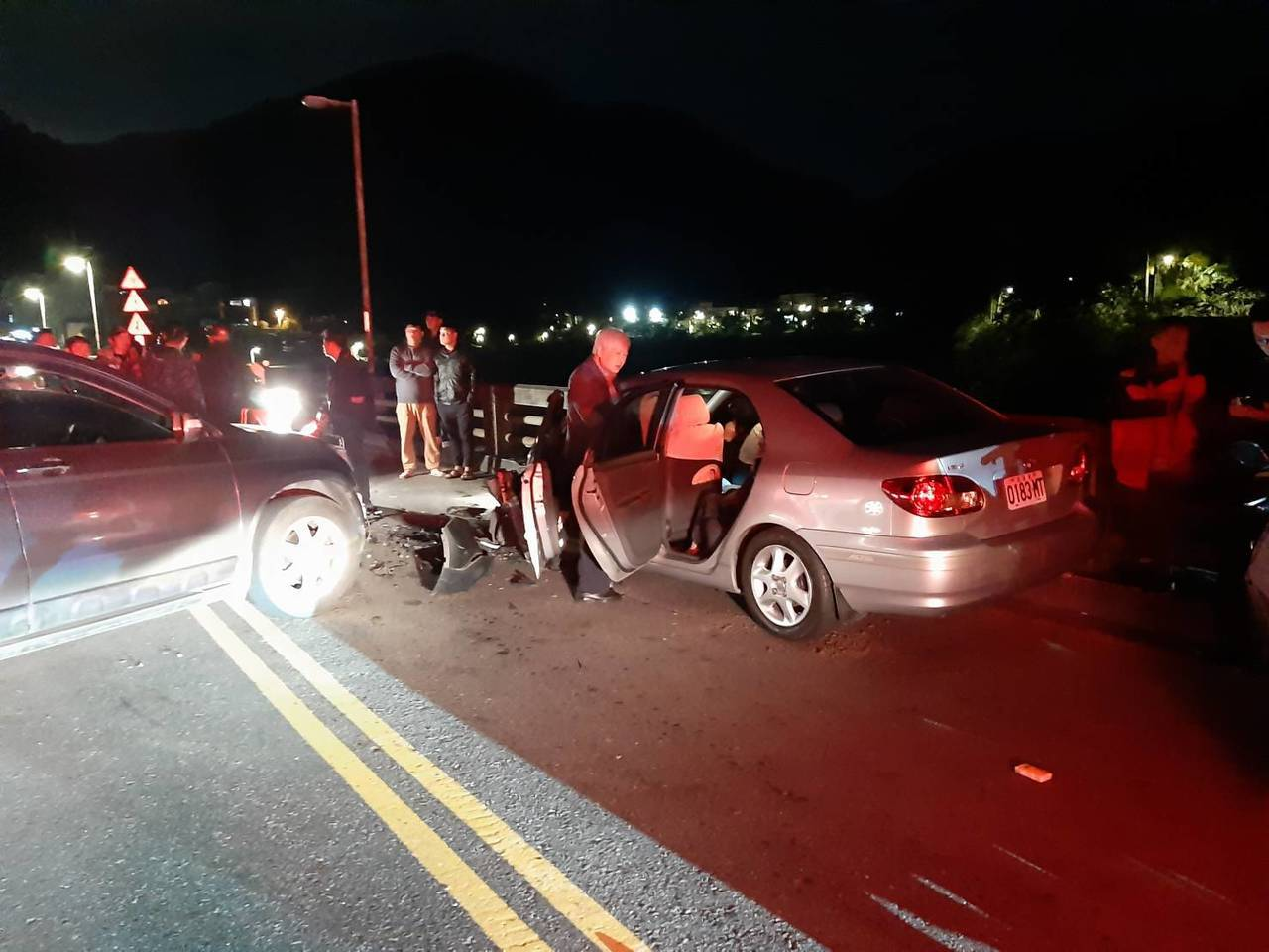 簡男開車過橋往烏來方向時,因不明原因與逆向駕駛吳男對撞,幸兩台車上六人均僅受輕傷...