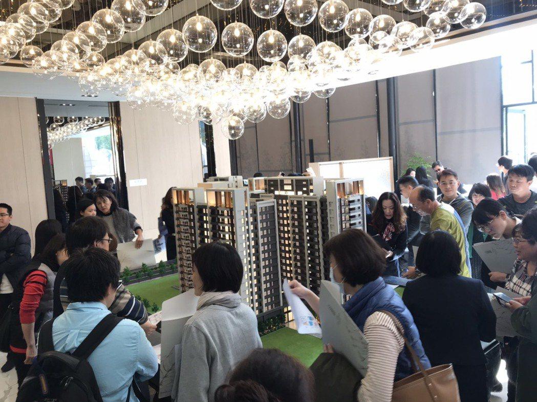 上揚際建築團隊今天下午在河堤社區明仁路推出「河堤世界」,是少見地上權住宅,由於跟...